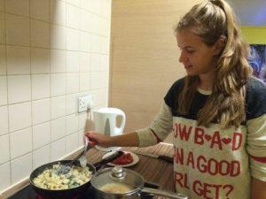 Joana beim Kochen