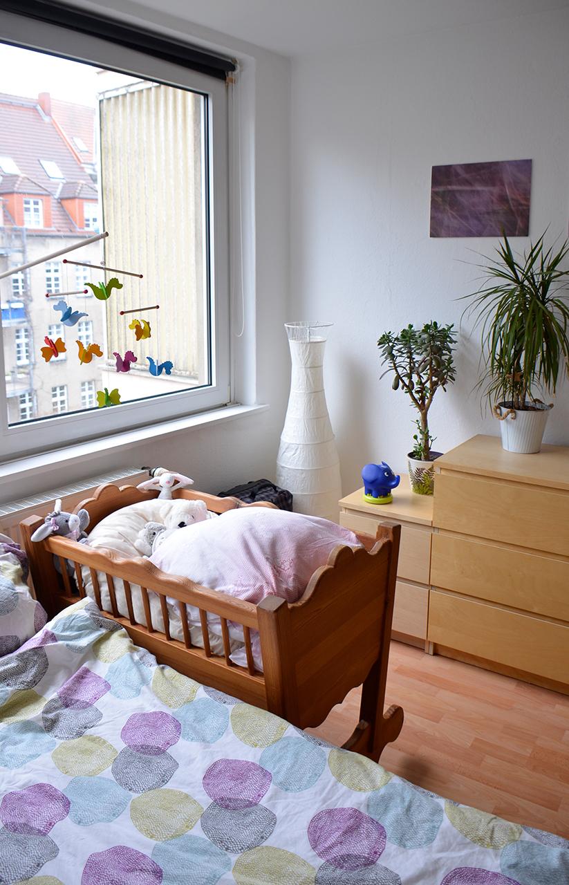 Babybett und Kommode im Schlafzimmer – Frugalisten