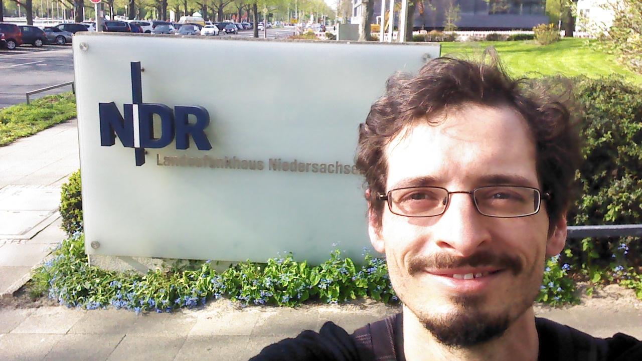 Vor dem NDR Landesfunkhaus