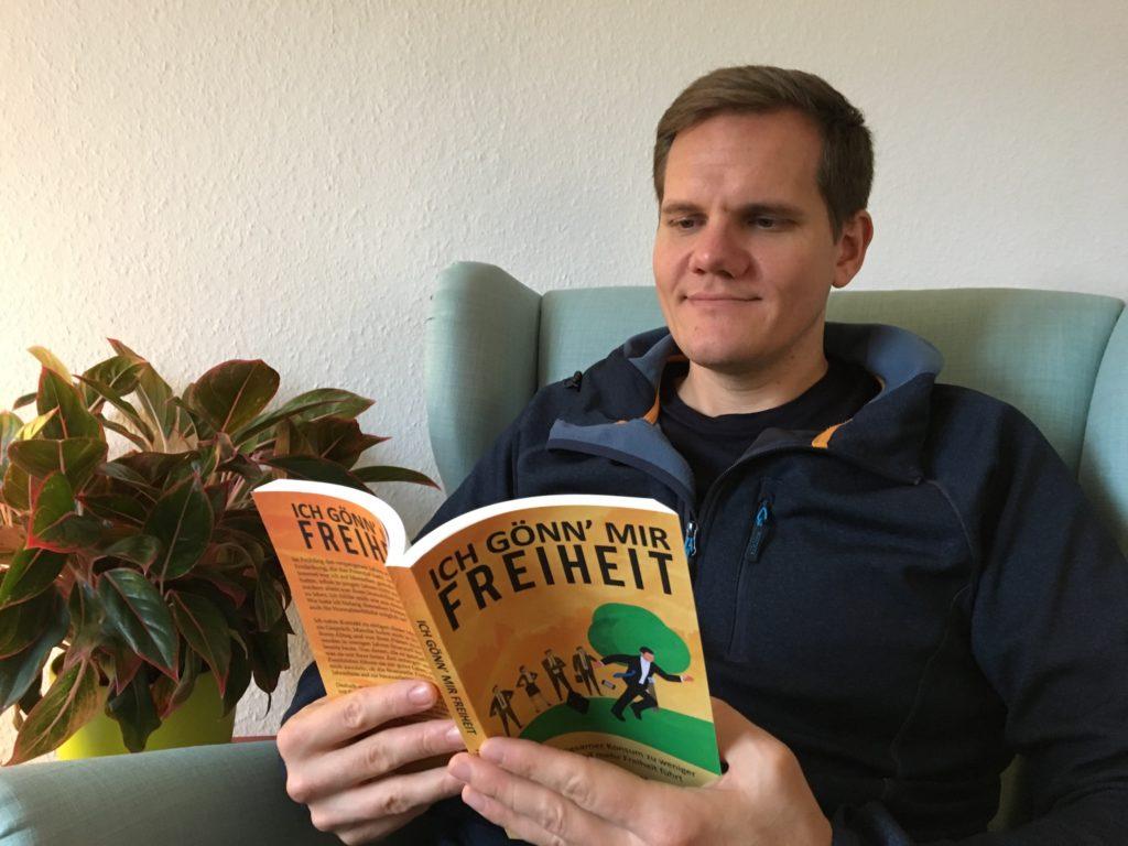Patrick Hundt mit Buch Ich gönn mir Freiheit